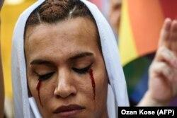 Демонстрация в Стамбуле против убийства трансгендерного активиста