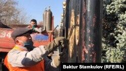 Работники муниципального предприятия демонтируют ограждение у здания парламента Кыргызстана в Бишкеке. 6 ноября 2020