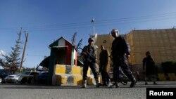 Полиция охраняет одно из посольств в Сане, Йемен