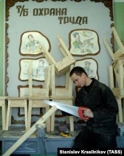 Воспитанник Можайской воспитательной колонии для несовершеннолетних во время работы в столярной мастерской, 1 июня 2009