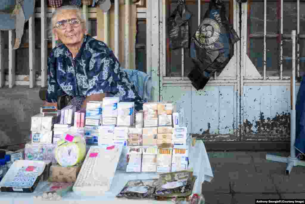 Торговка сигаретами в Сухуми. Здешняя валюта - российский рубль.