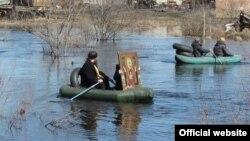 Участники крестного хода в селе Большие Уки в Омской области