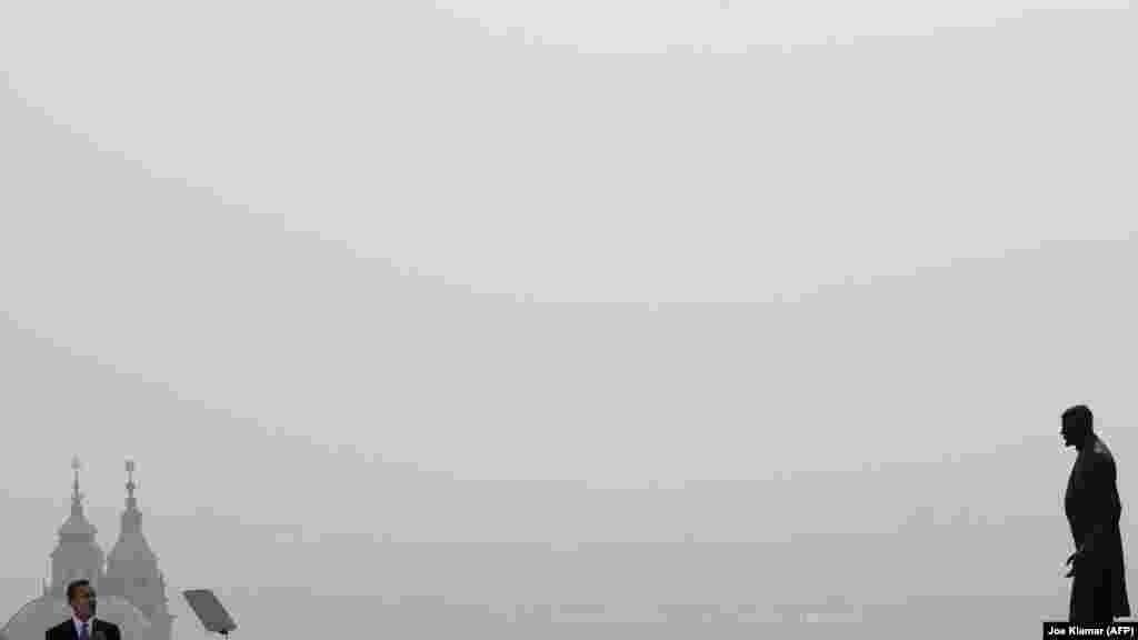 """Обама выступает в речью в Праге недалеко от памятника первому чехословацкому президенту Томашу Масарику 5 апреля 2009 года. В своей речи Обама пообещал, что Соединенные Штаты приложат усилия """"по обеспечению покоя и безопасности в мире без ядерного оружия""""."""