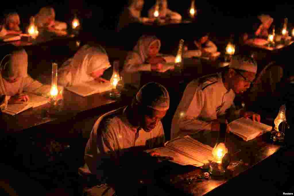 Даже немусульманам во время Рамадана рекомендуют не есть, пить и курить в общественных местах, где большинство населения – мусульмане На фото – студенты читают Коран во время Рамадана. Остров Ява, Индонезия. 21 июня 2016