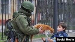 """Оригинальный снимок """"Вежливого солдата"""" в Крыму"""
