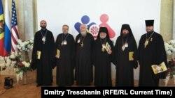 Протоиерей Димитрий Смирнов и другие священники перед открытием Всемирного конгресса семей в Молдове