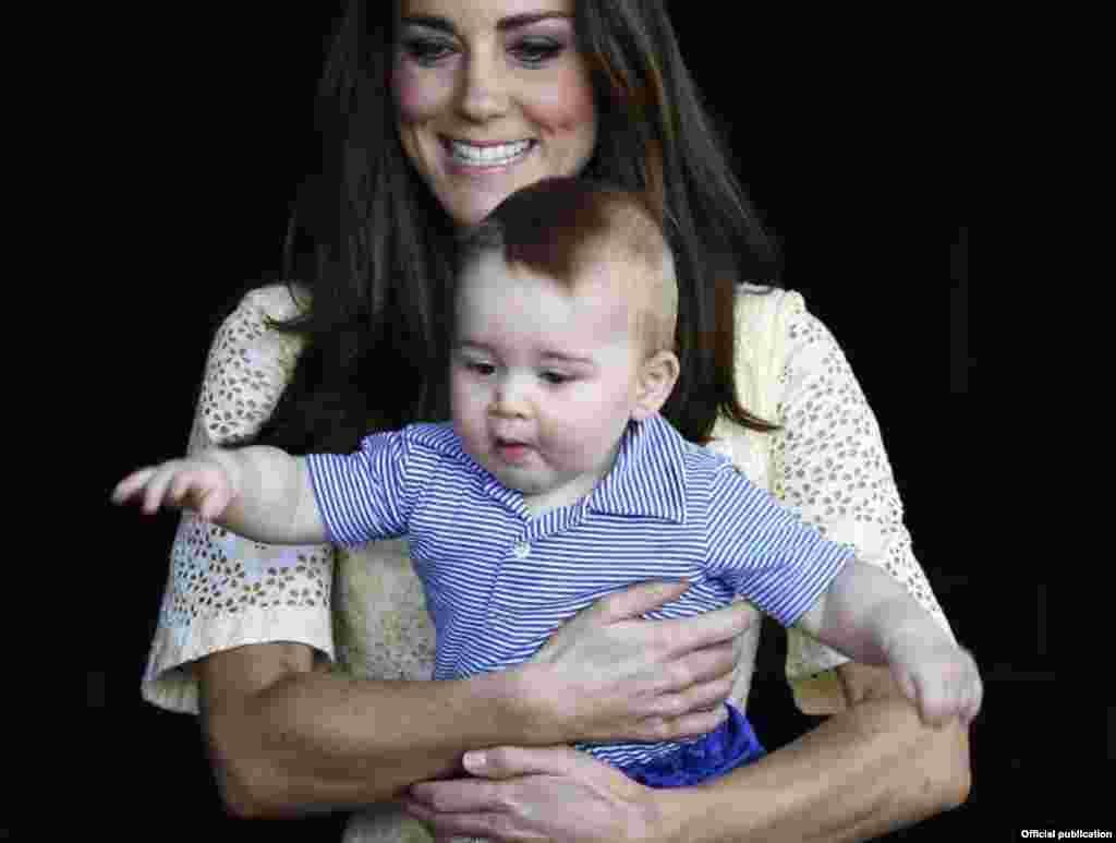 Кейт, герцогиня Кембриджская с принцем Джорджем