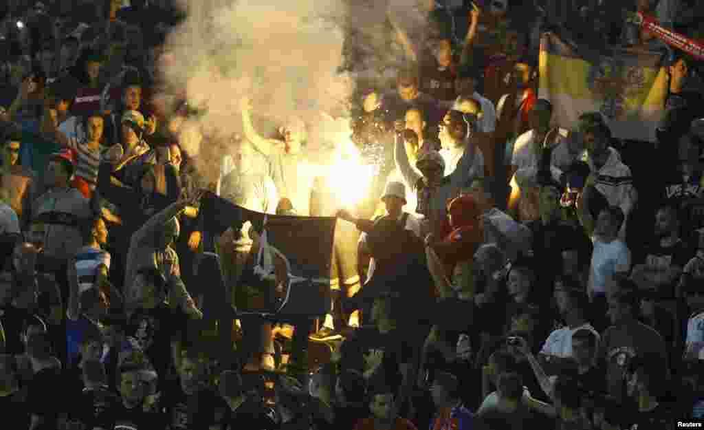Сербские болельщики сжигают флаг НАТО на трибунах