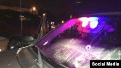 Пулевое отверстие на одной из машин в Фергюсоне, фото - twitter полиции Сент-Луиса