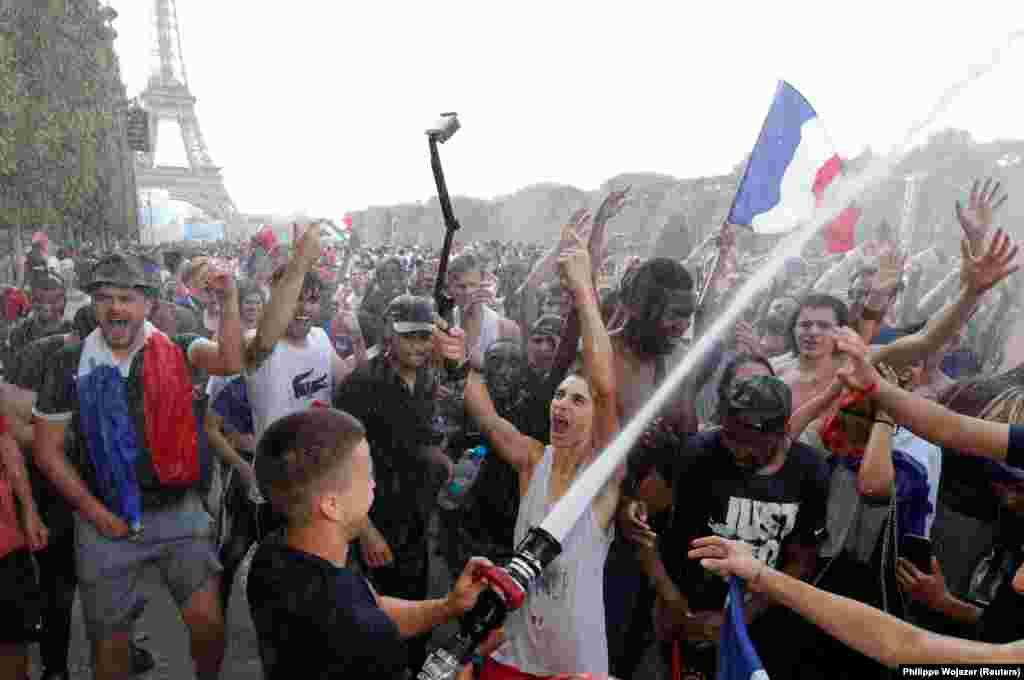 Париж празднует победу сборной Франции