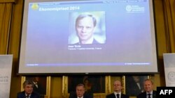 Фото Жана Тироля на экране в момент оглашения имени лауреата
