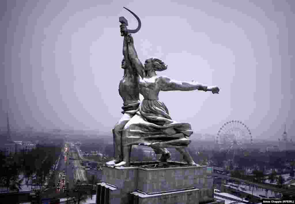 Москва, Россия. Статуя Рабочего и Колхозницы из нержавеющей стали, широко шагающих в светлое будущее