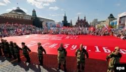 """Акция """"Бессмертный полк"""" в День Победы в Москве 9 мая 2016 года. Фото: EPA"""