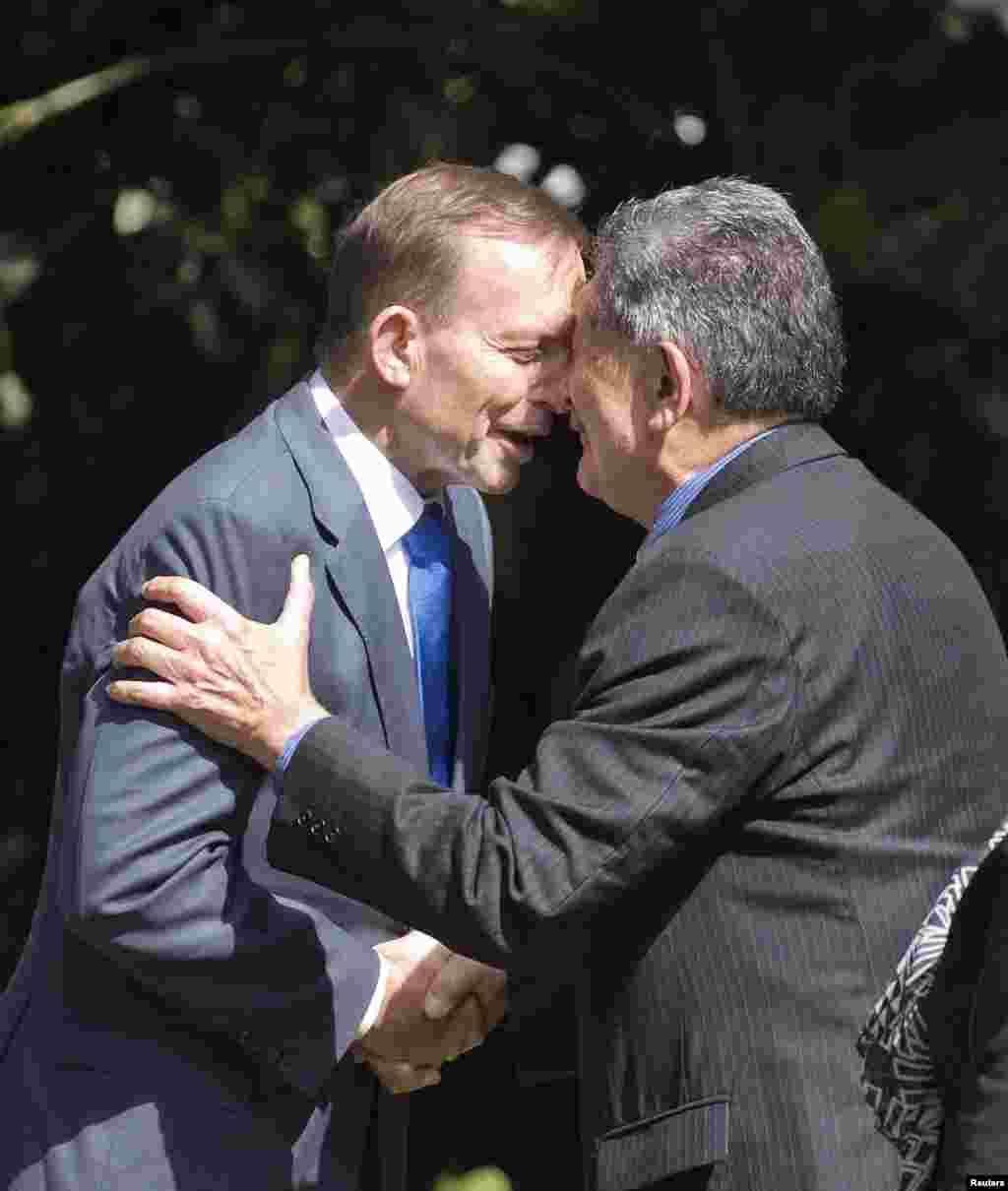 Глава новозеландского плмени Маори Льюис Мойо приветствует премьер-министра Австралии Тони Эббота. Традиция тереться носами друг о друга в качестве приветствия давно существует у маори