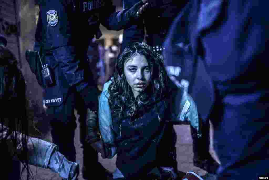 """В категории """"Экстренные новости. Одиночные снимки"""" победу одержал турецкий фотограф Бюлент Килич. На его снимке - девушка, раненная в ходе столкновений протестующих с полицией, которые вспыхнули после похорон 15-летнего подростка, умершего от ранений, полученных в ходе антиправительственных выступлений в Стамбуле."""
