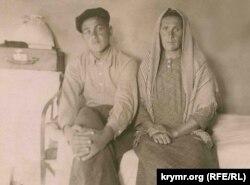 Рефат Муслимов с мамой, 1949 год. Фото из семейного архива