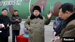 Ким Чен Ын на встрече с разработчиками ядерного оружия