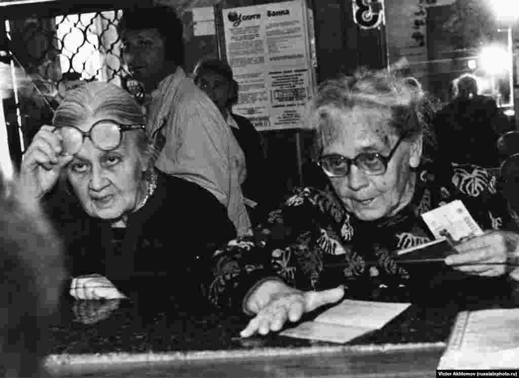 Женщины в Сбербанке, 1998 год. Для простых россиян этот год стал одним из наиболее тяжелых: всего за четыре месяца рубль обвалился почти в пять раз по отношению к доллару. Автор снимка - классик советской фотографии Виктор Ахломов