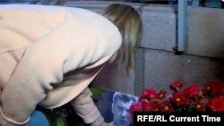 Ксения Собчак возлагает цветы к мемориалу на месте убийства Бориса Немцова