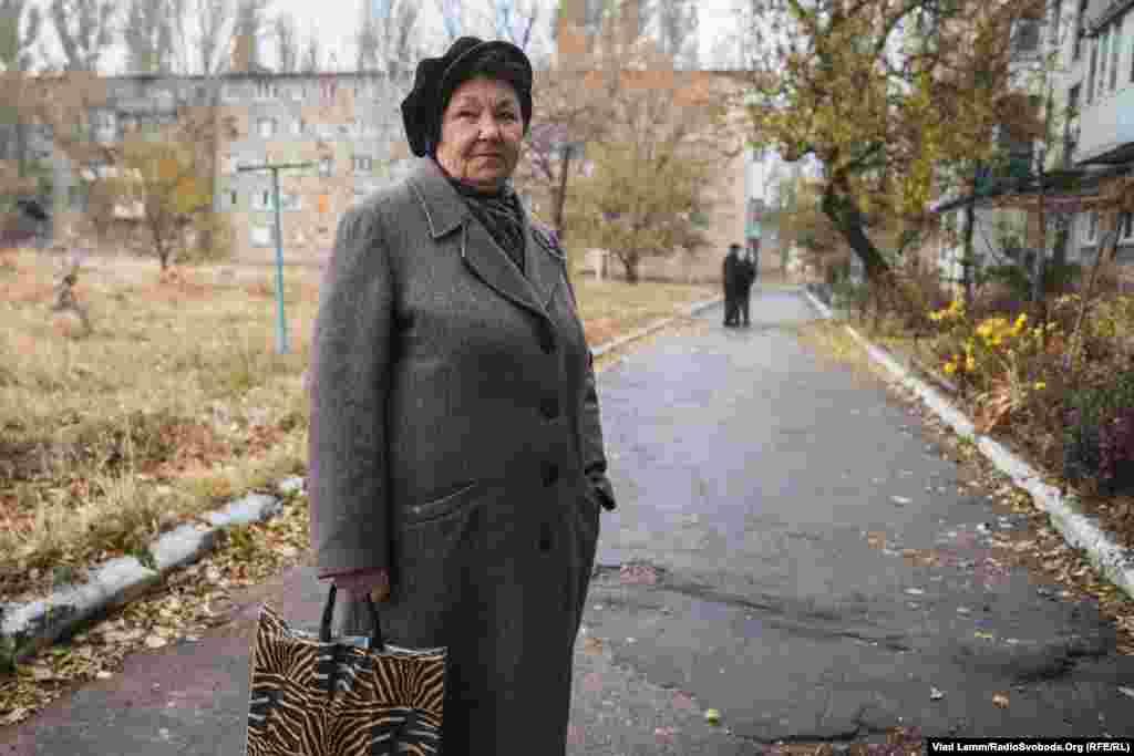 Местная жительница одного из частично разрушенных домов жаловалась на то, что местные власти не помогают в ремонте разрушенного жилья, и все приходится делать своими руками на собственные средства