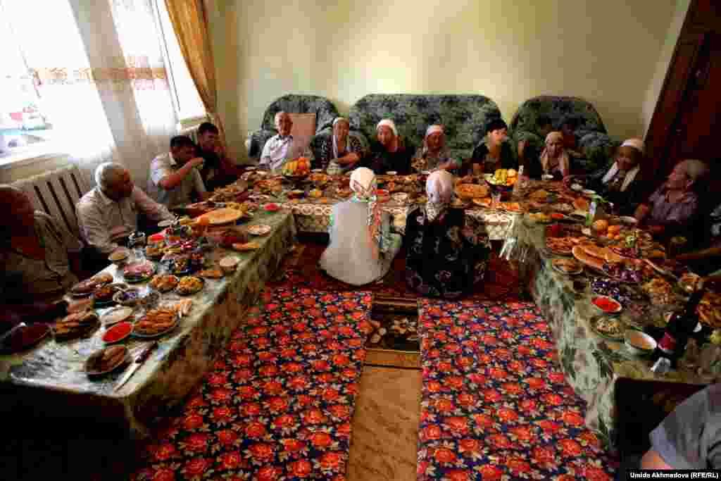 Сватов и уважаемых гостей сажают во главу стола.Такие праздники особенно важны для этнических казахов, проживающих в Узбекистане, так как именно в этот день к ним в гости приезжают родственники из Казахстана