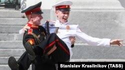 Выпускники Суворовского училища в Москве отмечают выпуск