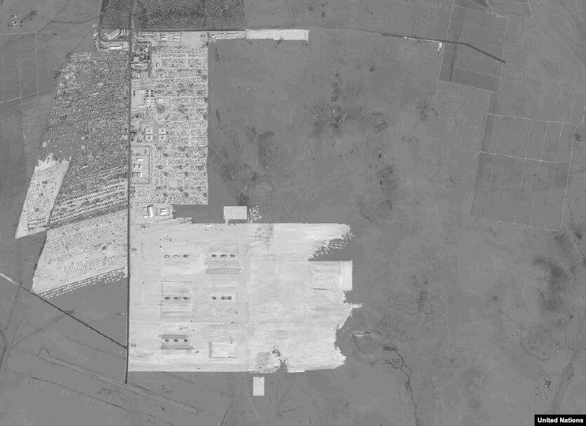 Лагерь беженцев Заатари, Иордания (2012 и 2013) Но человеческие потери за время гражданской войны в Сирии затмевают всё остальное. Конфликт, начавшийся в марте 2011, стоил более 270 тысяч жизней, миллионам пришлось стать беженцами. Многие из них оказались в лагере Заатари на севере Иордании. Лагерь, где сейчас живут более 80 тысяч человек, стал вторым по величине лагерем для беженцев в мире и четвертым по величине населенным пунктом Иордании.