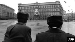 Советские милиционеры возле здания КГБ на Лубянке в Москве, 1970