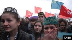 Крымские татары на митинге в Симферополе в поддержку канала ATR 31 марта 2015 года