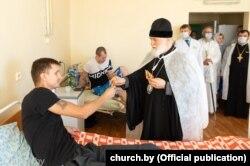 Митрополит Павел посещает пострадавших от милицейского насилия в минской больнице, 17 августа 2020 года