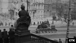 Советский танк в центре Праге, 5 мая 1945 года
