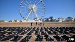 """""""Мешки с телами"""" изображены на Брайтон-бич в южной Англии, во время акции Amnesty International против политики Великобритании в отношении беженцев и мигрантов, 22 апреля 2015"""