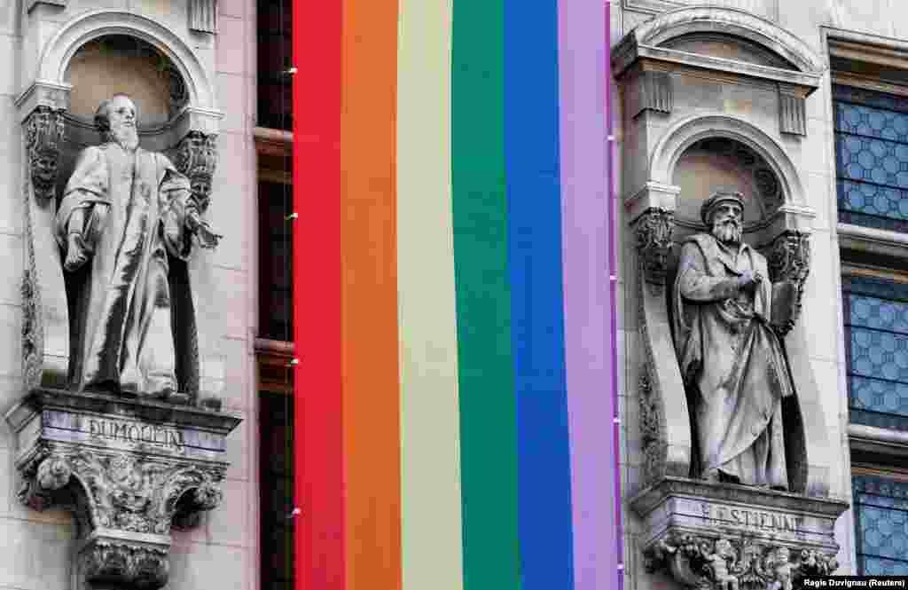 Париж разукрашен ЛГБТ-символикой. В центре города реют шестицветные флаги