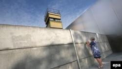 Цветы – в память о жертвах Берлинской стены в день начала ее строительства