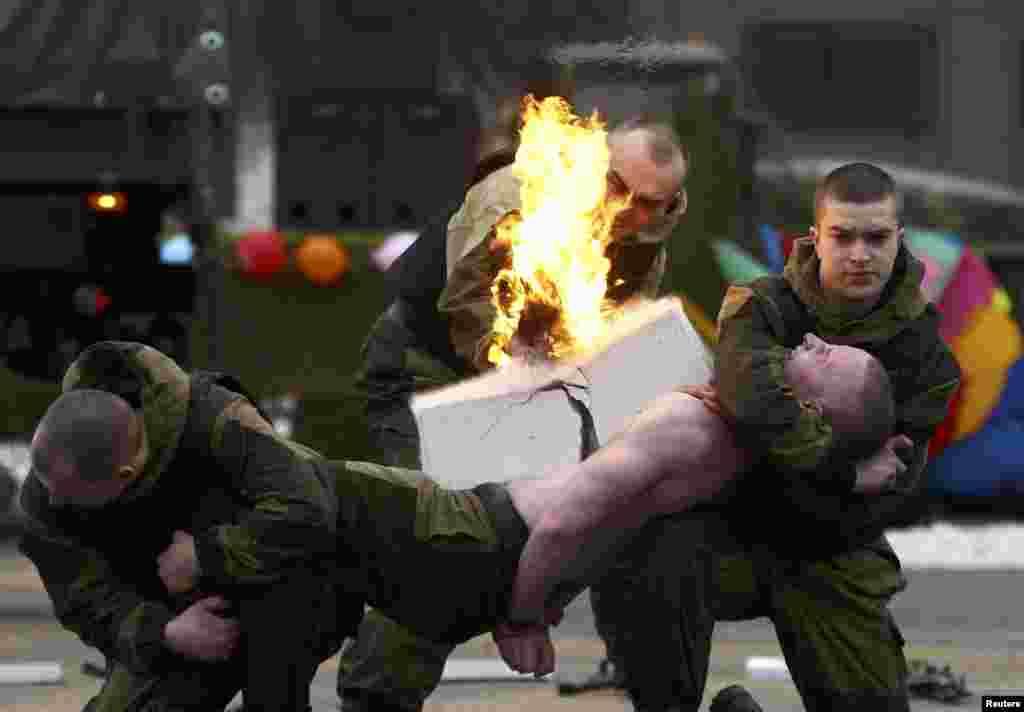 Во время масленичной недели военнослужащие спецподразделения МВД устроили необычное представление. Минск, Беларусь