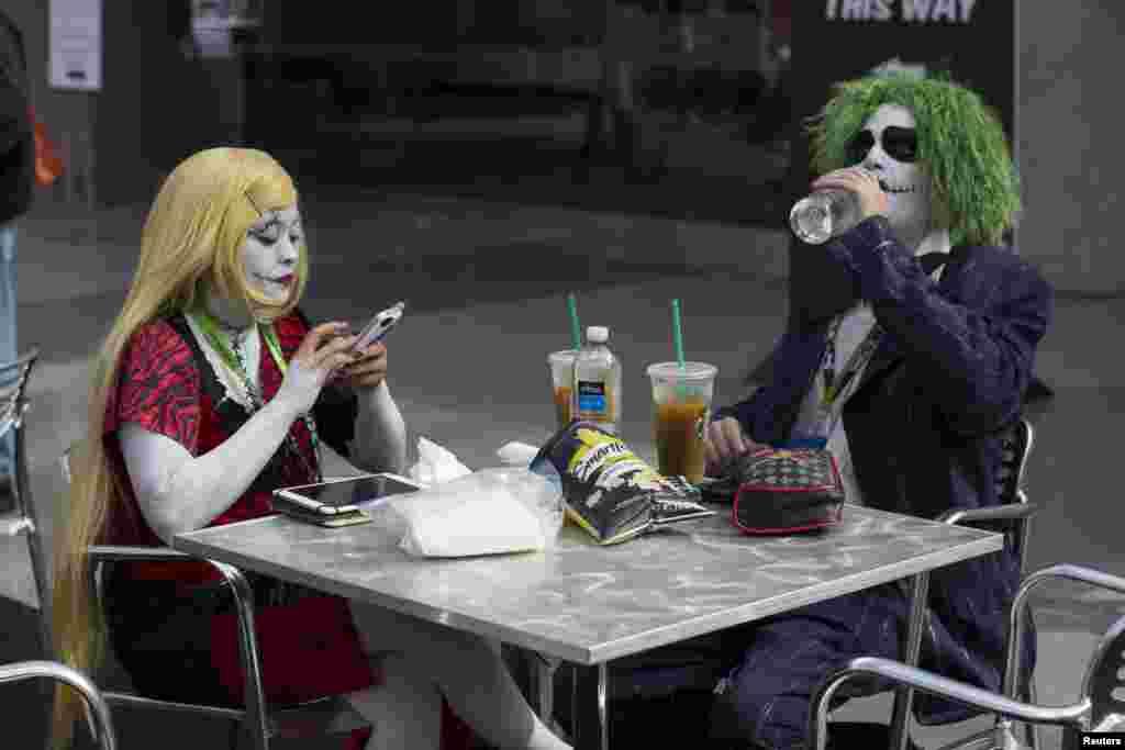 """Салли из """"Кошмара перед Рождеством"""" и злодей Джокер замышляют нехорошее во время обеда"""