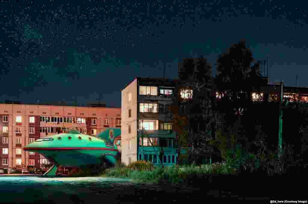 """Корабль """"Межпланетного экспресса"""" из """"Футурамы"""" припаркован во дворе"""