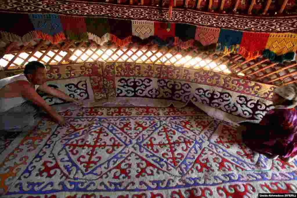 На фото - ковер ручной работы. Жители села помагают друг другу в плетении и покраске ковров