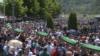 Премьера Сербии забросали камнями на траурной церемонии в Сребренице