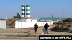 Рабочие в Туркменистане возвраащаются домой после смены
