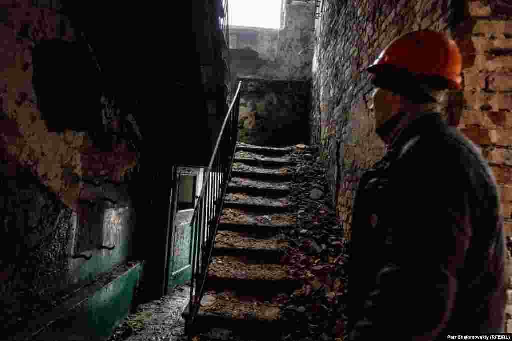 Строитель внутри одного из разрушенных зданий