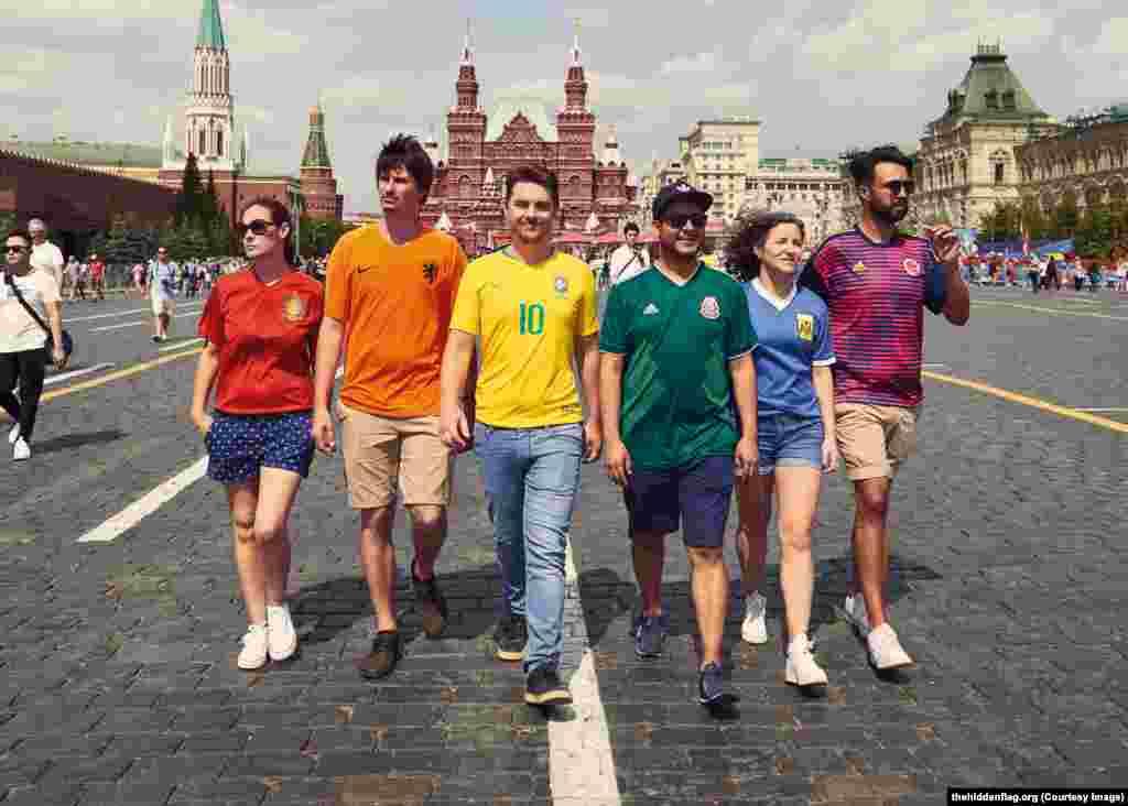 """Активисты, которые создали сайт""""Скрытый флаг"""" для поддержки своего проекта, одеты в футболки своих национальных сборных по футболу, чтобы не вызывать подозрений"""