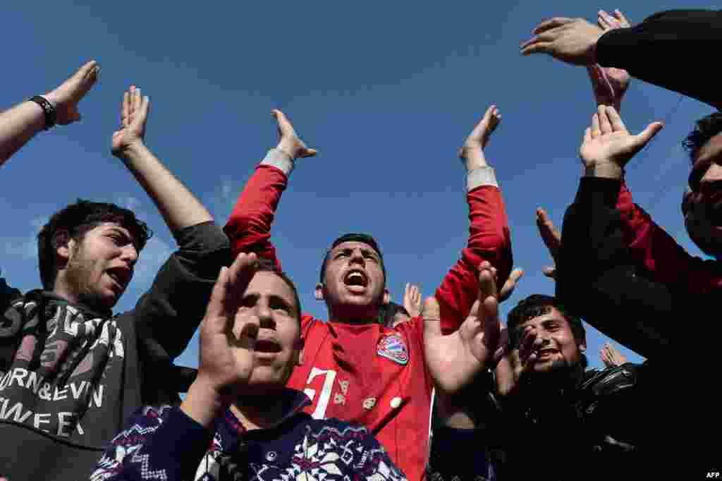 Греческий лагерь у контрольно-пропускного пункта на границе рассчитан примено на 2 500 человек. На деле же людей там примерно в четыре раза больше