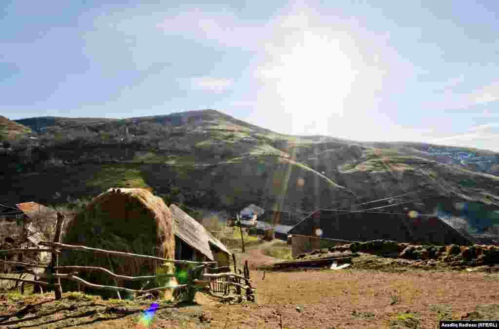 Из-за того, что село окружено со всех сторон горами, максимальная температура летом в нем не превышает +25, а зимой опускается до -15