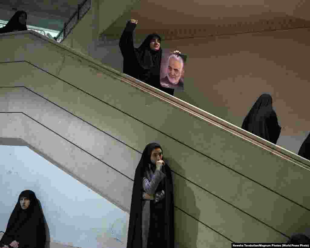 """Женщины на церемонии оплакивания генерала Касема Сулеймани в мечети, Тегеран (5 января 2020). Третье место в категории""""Новости"""", автор – Нюша Таваколян"""