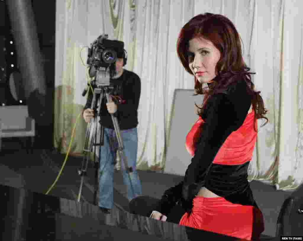 """Она также стала телеведущей и моделью. На телеканале РЕН-ТВ выходит программа """"Тайны мира с Анной Чапман"""" и """"Тайны Чапман"""", где в основном рассказывается о различных конспирологических теориях"""