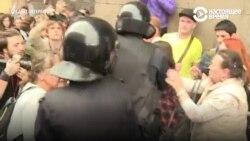"""""""Cкорая"""" не могла проехать к задержанному на протесте пенсионеру, которому стало плохо, из-за перекрытых дорог"""