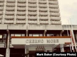 Фасад Hotel Cherno More в болгарской Варне. Отель и по сей день остается одним из самых популярных в городе. Когда-то это было одним из главных мест для подающих надежды аппаратчиков