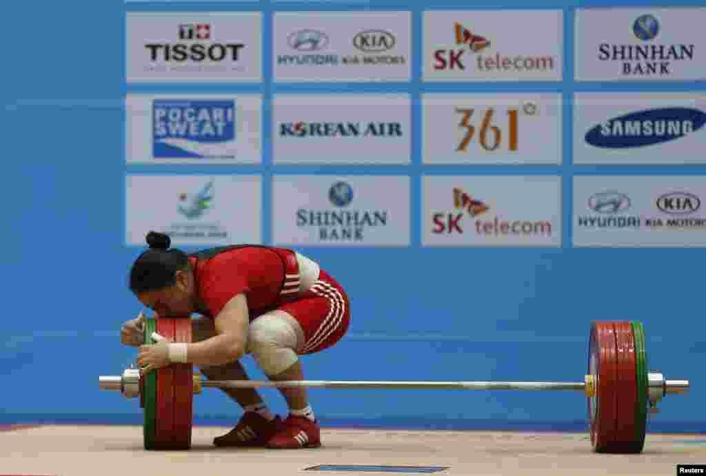 Южная Корея. Инчхон. 17-е Азиатские Игры. Поцелуй от тяжелоатлетки Жакиры Жаппаркуль (Казахстан) после третьей попытки в весовой категории до 75 кг. 25 Сентября 2014.
