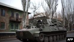 Боевая машина пехоты на улице города Торез, к востоку от Донецка (12 ноября 2014 года)